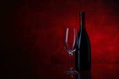 рюмка красного вина бутылки стоковая фотография