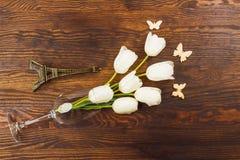 Рюмка с тюльпанами и миниатюризированной Эйфелевой башней Стоковое Фото