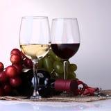 Рюмки, бутылка и виноградина Стоковая Фотография RF