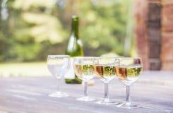 4 рюмки и бутылка вина стоковое фото