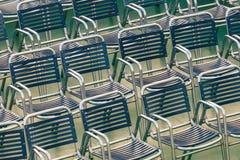 Рядки напольных стальных стулов Стоковые Фото