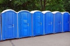Рядок голубых общественных туалетов в парке Москва Стоковые Фотографии RF