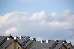 рядок крыш крыши многоквартирного дома ближний Стоковые Фотографии RF
