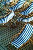 Рядок пустых голубых и белых striped стулов пляжа Стоковое Фото