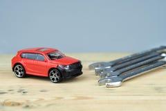 Рядом с автомобилем ключи различного конца-вверх размеров красного автомобиля игрушки стоковое фото rf