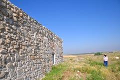 рядом с женщиной стены стоковое изображение rf