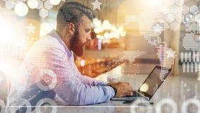 Рядом smartphone и чашка кофе Человек проверяет электронную почту на компьютере Фрилансер работая вне офиса стоковые фото