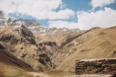 Ряд взгляда загородки камня горы Kazbek дороги снежный Стоковые Фото