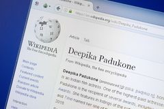 Рязань, Россия - 19-ое августа 2018: Страница Wikipedia о Deepika Padukone на дисплее ПК стоковое фото rf