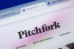 Рязань, Россия - 13-ое мая 2018: Pitchfork вебсайт на дисплее ПК, url - вилы com Стоковые Изображения RF