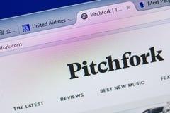 Рязань, Россия - 13-ое мая 2018: Pitchfork вебсайт на дисплее ПК, url - вилы com Стоковая Фотография
