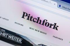 Рязань, Россия - 13-ое мая 2018: Pitchfork вебсайт на дисплее ПК, url - вилы com Стоковое Изображение