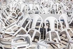 Рядки белых пластичных стулов Стоковое Изображение