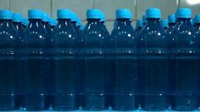 Рядки бутылок воды акции видеоматериалы