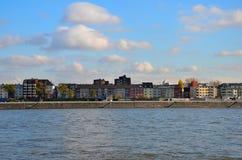 Цветастые дома через Рейн Кельн Германию стоковое изображение
