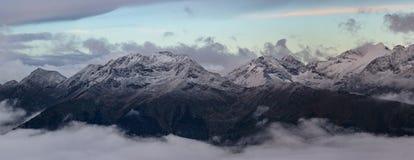 Ряд Mamkhurts в сумерк утра русский ossetia гор федерирования caucasus alania северный Стоковые Фото