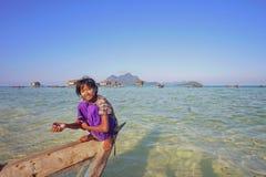 САБАХ, МАЛАЙЗИЯ - 19-ОЕ АПРЕЛЯ: Неопознанные дети Bajau Laut на шлюпке Стоковое Изображение RF