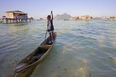 САБАХ, МАЛАЙЗИЯ - 19-ОЕ АПРЕЛЯ: Неопознанные дети Bajau Laut на шлюпке Стоковые Изображения RF