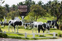 Садовничайте с статуей молока коровы/статуи молока коровы Стоковые Фотографии RF