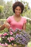 садовничая детеныши женщины стоковые фотографии rf