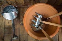 Садовничая инструменты на деревянной предпосылке, concep инструмента стоковые изображения rf
