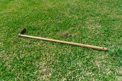 Садовничая инструменты на предпосылке травы зеленой стоковое изображение