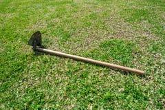 Садовничая инструменты на предпосылке травы зеленой стоковое фото rf
