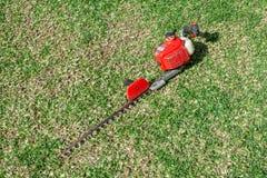 Садовничая инструменты на предпосылке травы зеленой стоковые фото