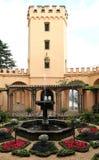 Сад, башня и фонтан на замке в Germay стоковое фото rf