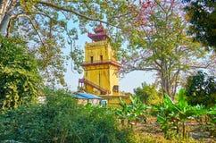 Сад вокруг сторожевой башни Nanmyin, Ava, Мьянмы стоковое изображение