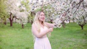 Сад женщины весной сток-видео