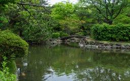 Сад замка Himeji, японский сад, с мостом, koys, водой и флорой r стоковое фото rf