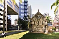 Сад зданий церков и города за им стоковые изображения rf