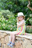Сад кавказской маленькой белокурой девушки идя тропический Стоковые Фотографии RF