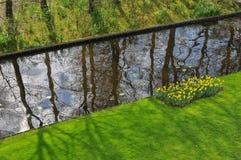 Сад с маленьким рекой Стоковые Изображения RF