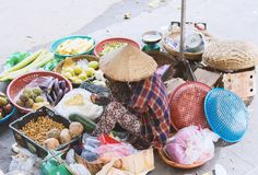 Сайгон, Вьетнам - июнь 2017: женщина продавая овощи на уличном рынке, Сайгоне, Вьетнаме стоковые изображения