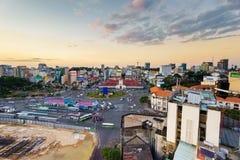 Сайгон, Вьетнам - 9-ое декабря 2014: Лицевая сторона рынка Бен Thanh и окрестности в заходе солнца, Сайгоне, Вьетнаме стоковые изображения