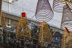 САЙГОН, ВЬЕТНАМ - 13-ое февраля 2018 - спиральный ладан вставляет смертную казнь через повешение от потолка в пагоде Thien Hau, п Стоковые Изображения