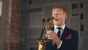 Саксофонист в игре куртки обедающего на золотом саксофоне Представление художника джаза акции видеоматериалы