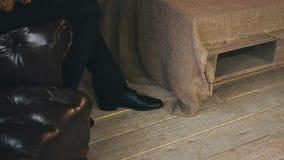Саксофонист в куртке сидя на стуле с золотым саксофоном элегантность Стойте вверх видеоматериал