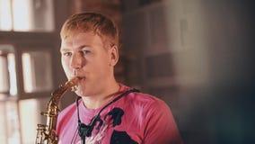 Саксофонист в розовой рубашке играя на этапе Джазовая музыка Представление в реальном маштабе времени Арройо сток-видео