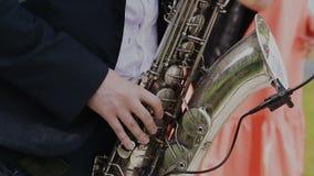 Саксофонист в черном джазе игры костюма на золотом саксофоне с микрофоном нот Представление в реальном маштабе времени сток-видео