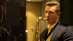 Саксофонист играет саксофон видеоматериал