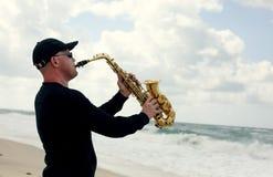 Саксофонист играя на саксофоне внешнем стоковая фотография rf