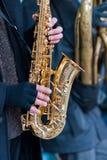 Саксофонист руки стоковые фото