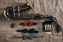 Саксофон, мундштукы и bowtie, предпосылка мешка Стоковое Изображение RF