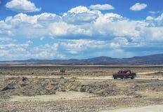 Салар de Uyuni в Боливии с автомобилем Стоковая Фотография