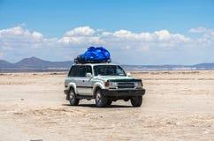 Салар de Uyuni в Боливии с автомобилем Стоковое фото RF