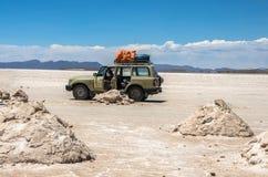 Салар de Uyuni в Боливии с автомобилем Стоковое Изображение