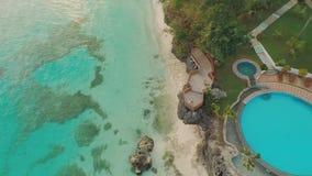 Салатовое морское побережье с рифами Красивая природа Филиппин вид с воздуха Около открытого бассейна акции видеоматериалы